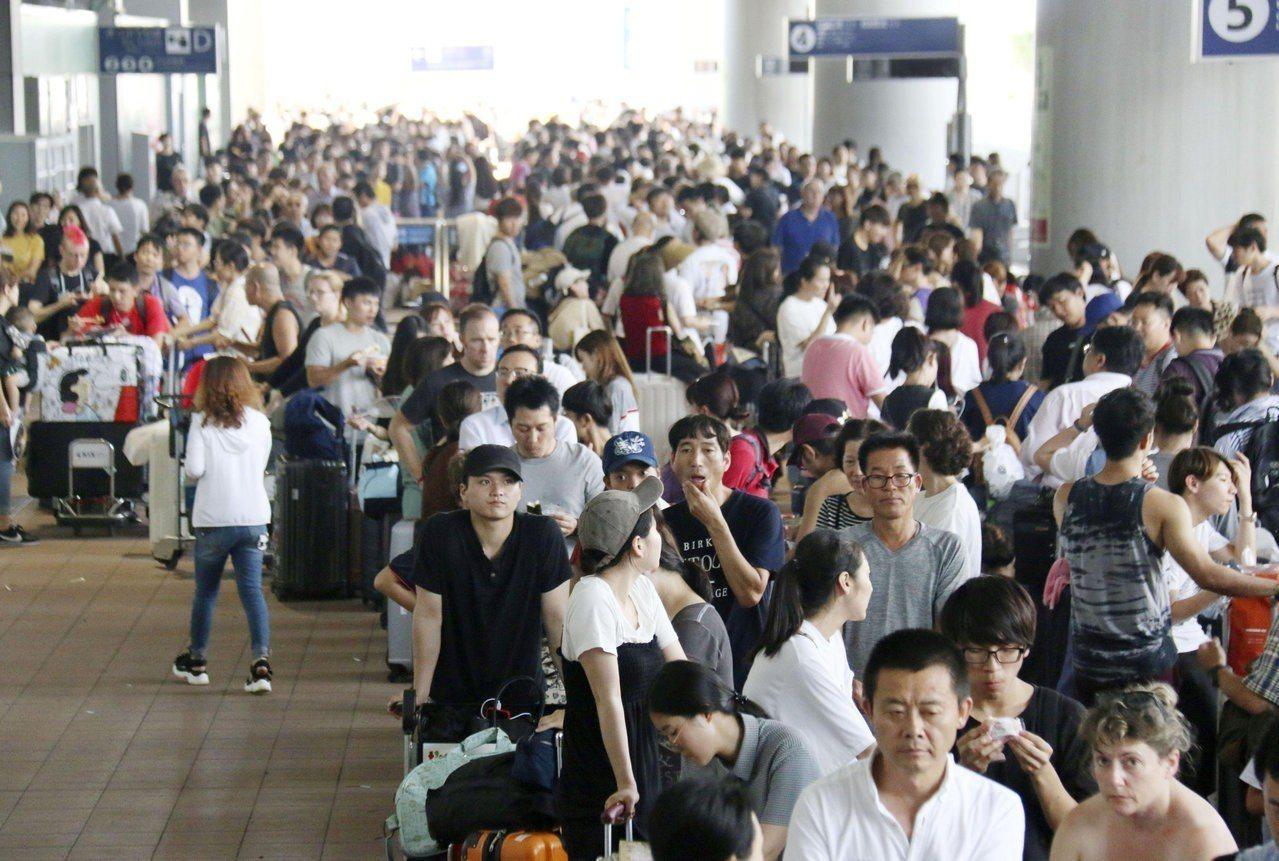 產險公司提醒,旅客若因天災導致行程或班機延誤都可申請保險理賠。圖為昨日關西機場大...