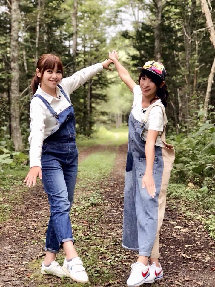 段慧琳(右)與王瑋瑜正在北海道出外景。圖/民視提供