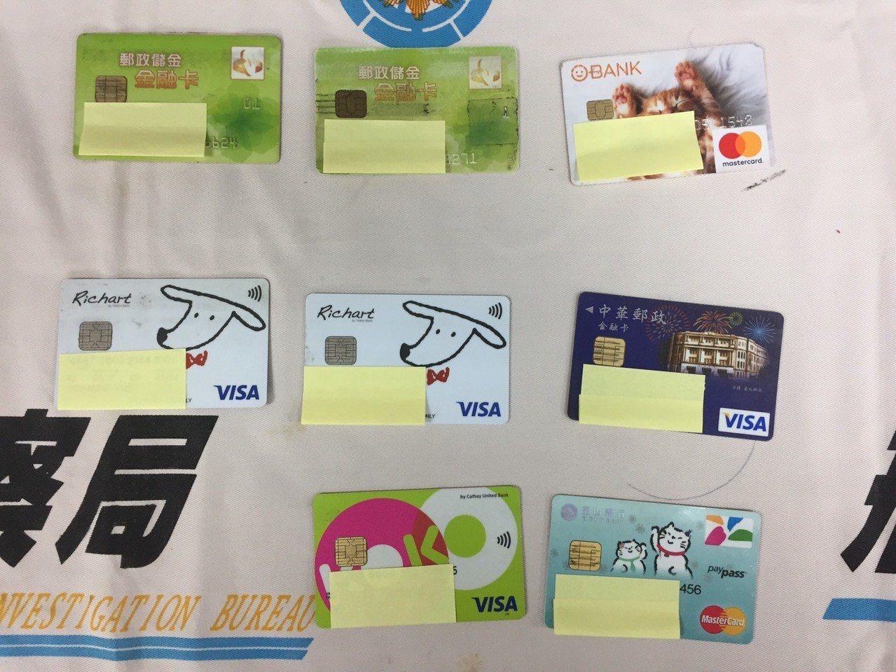 警方查扣提款卡、存摺等贓證物。圖/刑事局提供
