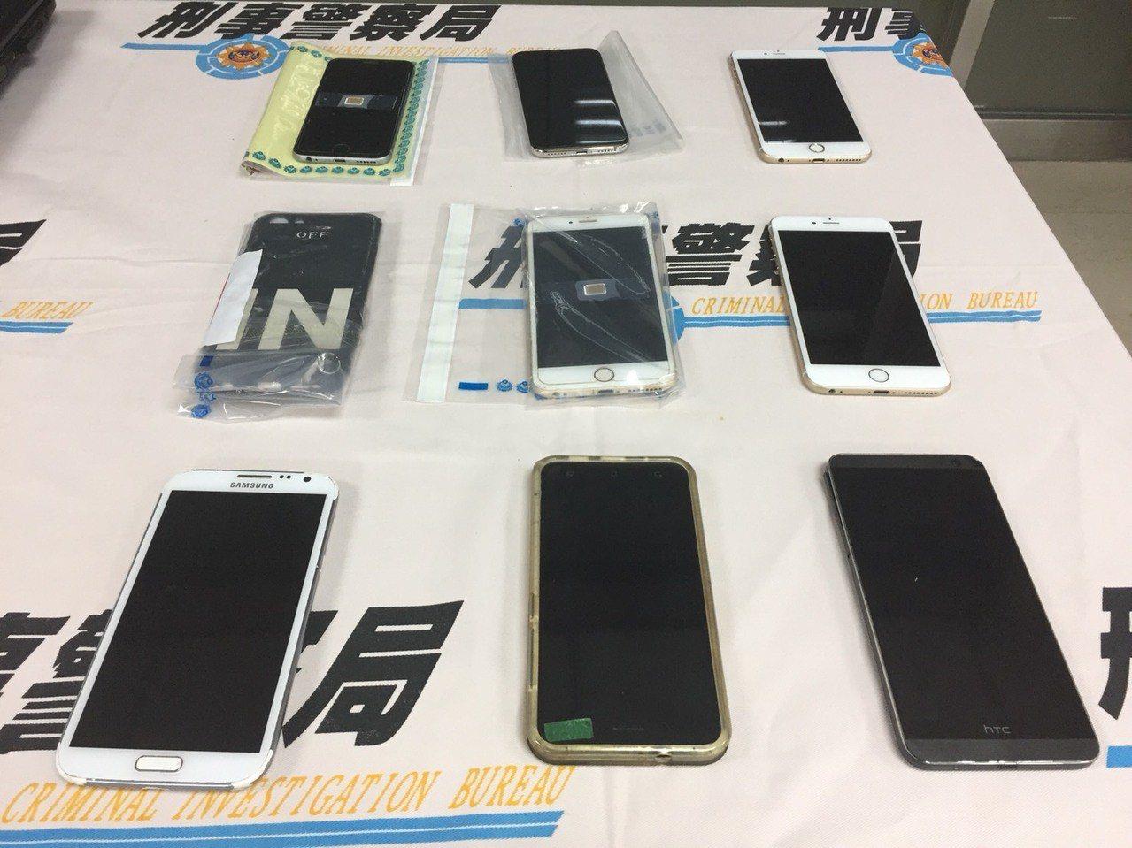 嫌犯用來聯絡的人頭手機。圖/刑事局提供