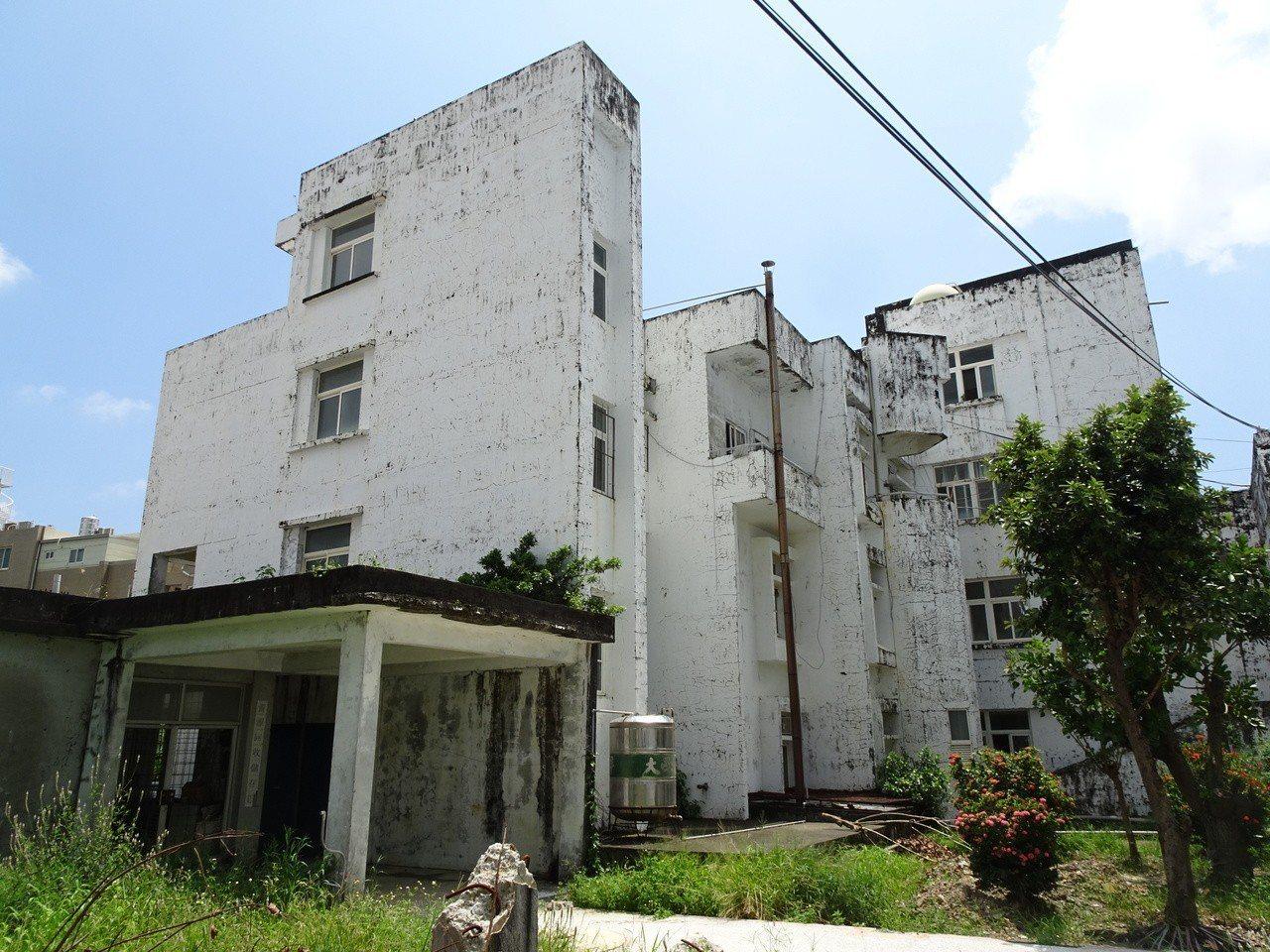 衛福部恆春旅遊醫院舊醫療大樓21日拆除,新大樓預定110年底前啟用,長期無法解決...