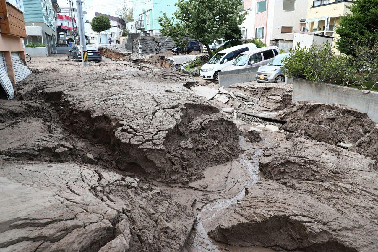 北海道札幌市區一處的道路嚴重崩裂。(法新社)