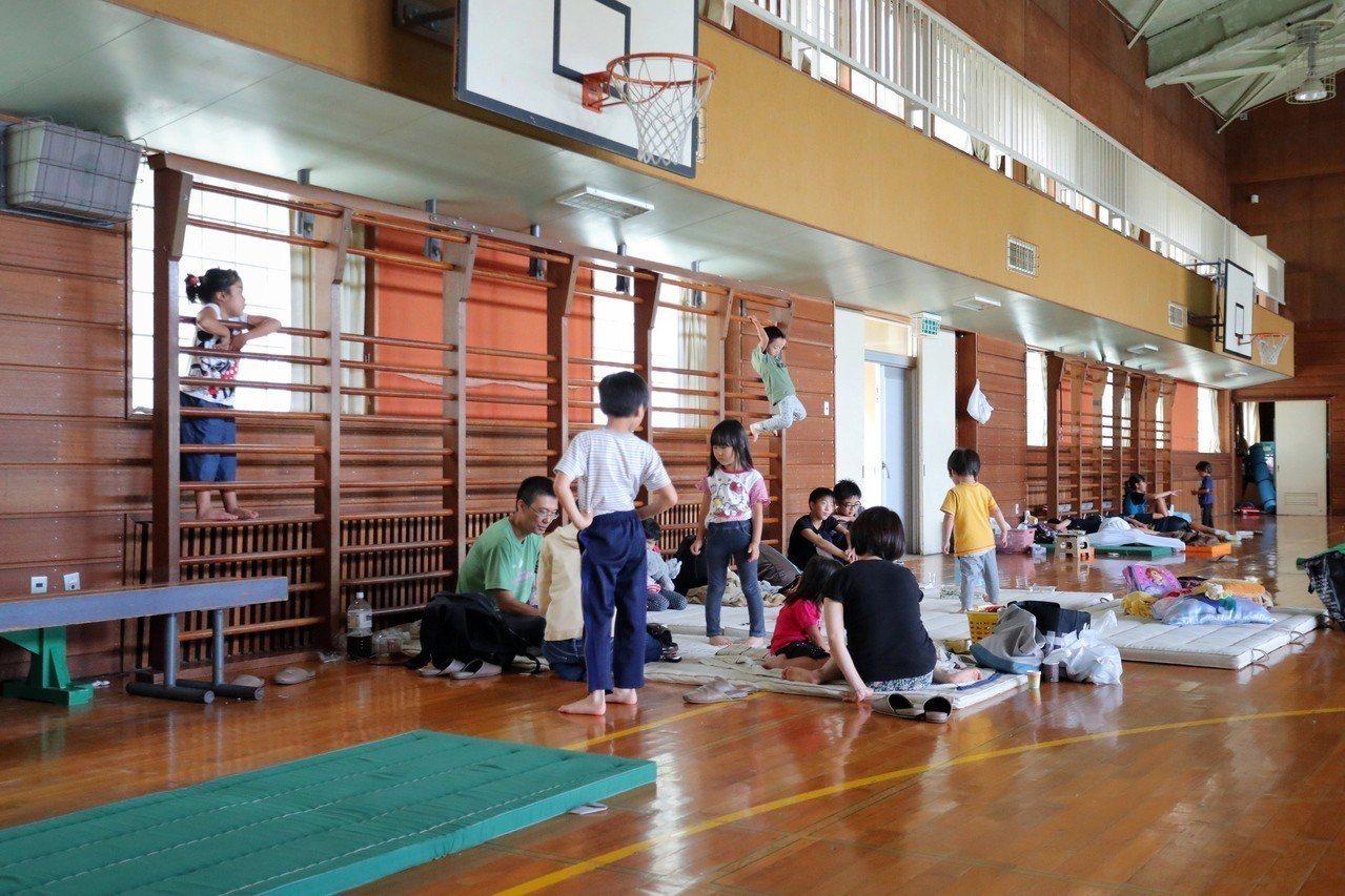 北海道安平町居民到附近的學校體育館避難。(歐新社)