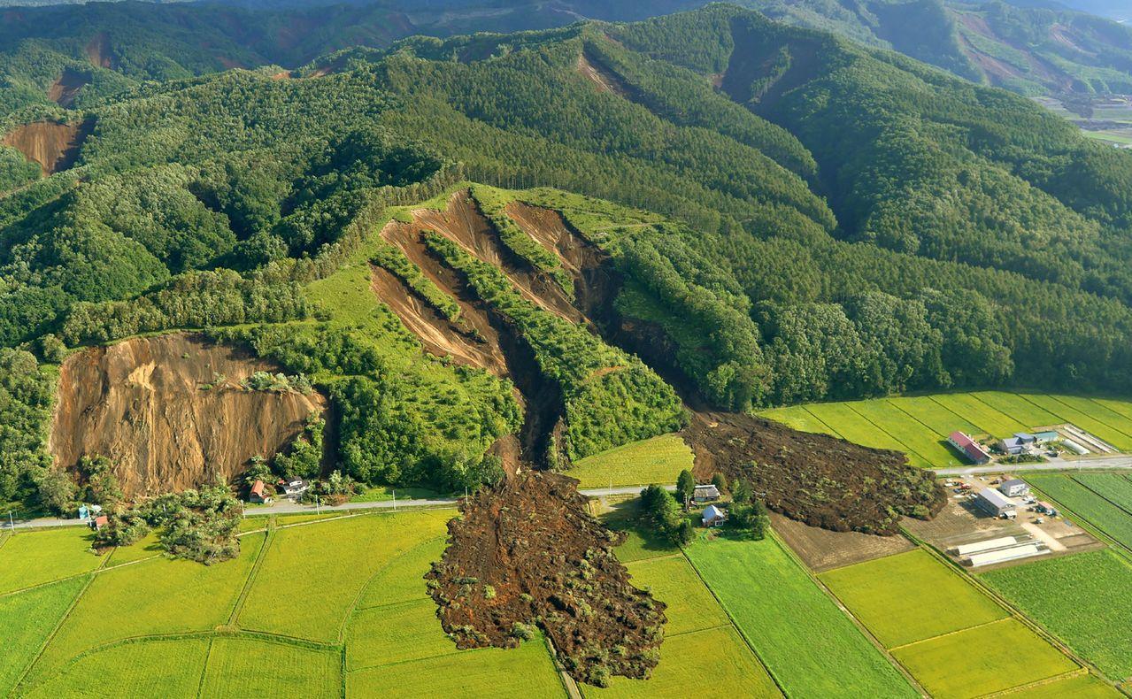 北海道厚真町在地震後出現大範圍山崩。(法新社)