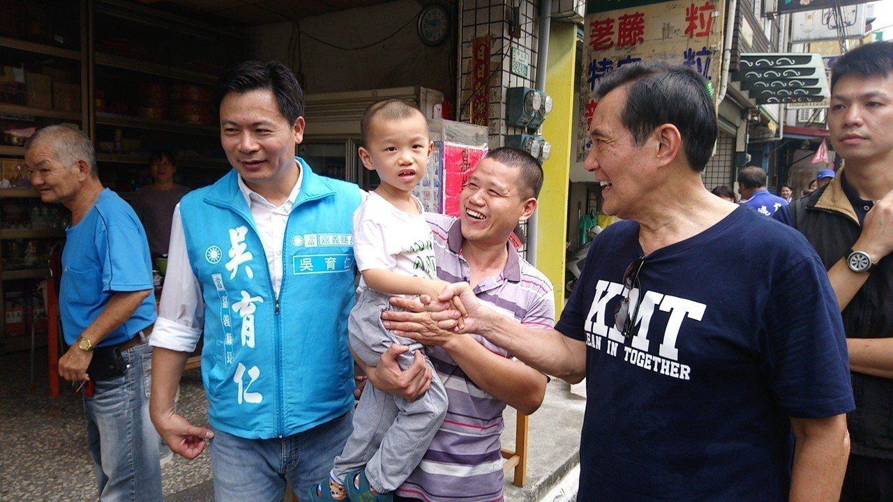 馬英九今天積極走入竹崎各店家,與居民熱情互動。記者卜敏正/攝影