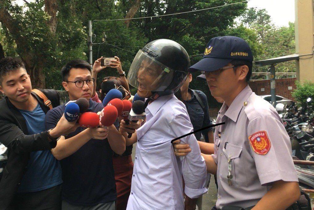 林重光面對媒體發問為何闖總統府,林竟大聲呼喊:「我愛她!」記者李隆揆/攝影