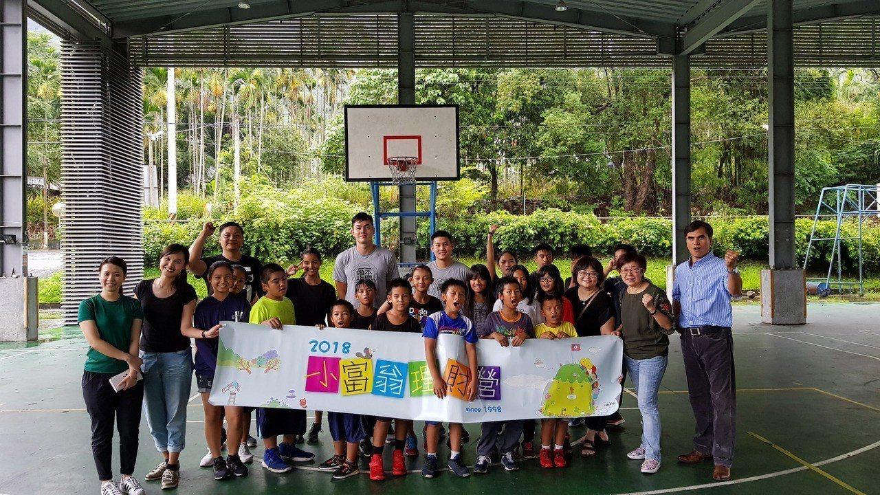 台北富邦銀行「小富翁理財營」邀請SBL「富邦勇士隊」的明星球員到南投地利國小,讓...