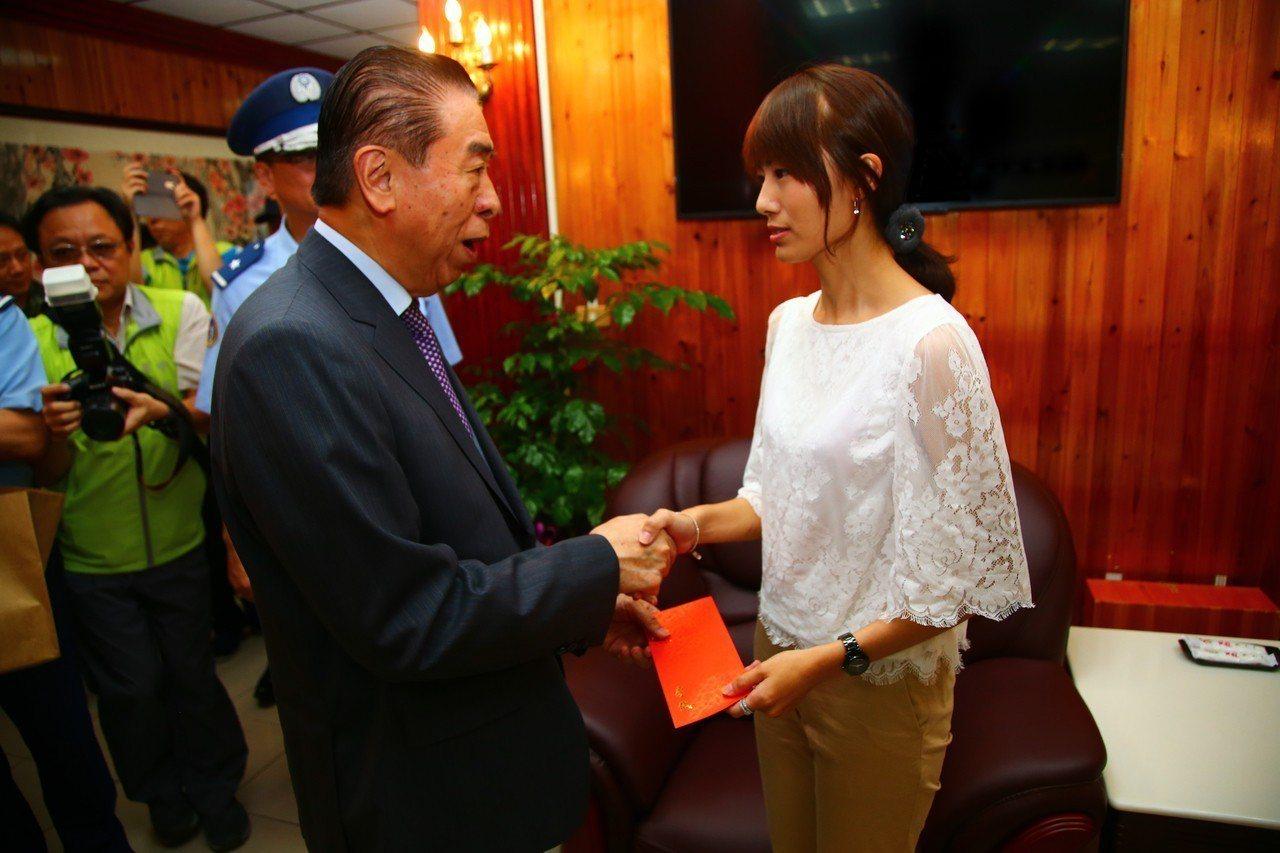 軍友社理事長李棟樑慰問林芳瑩。圖/軍聞社