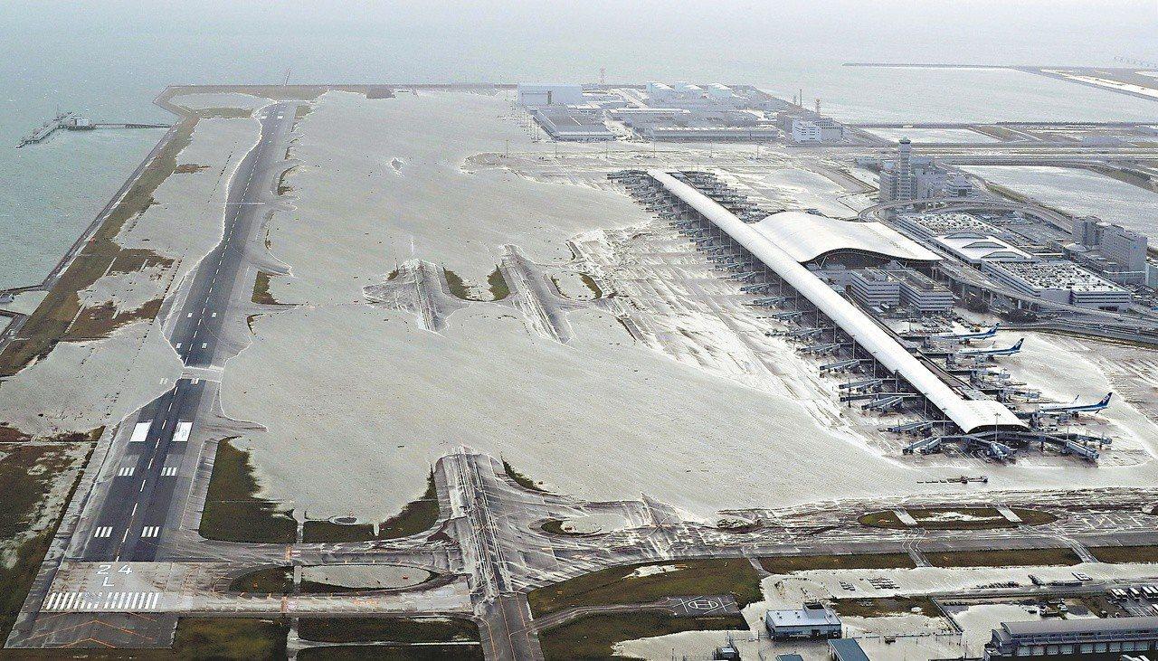 關西機場慘被水淹。圖/美聯社