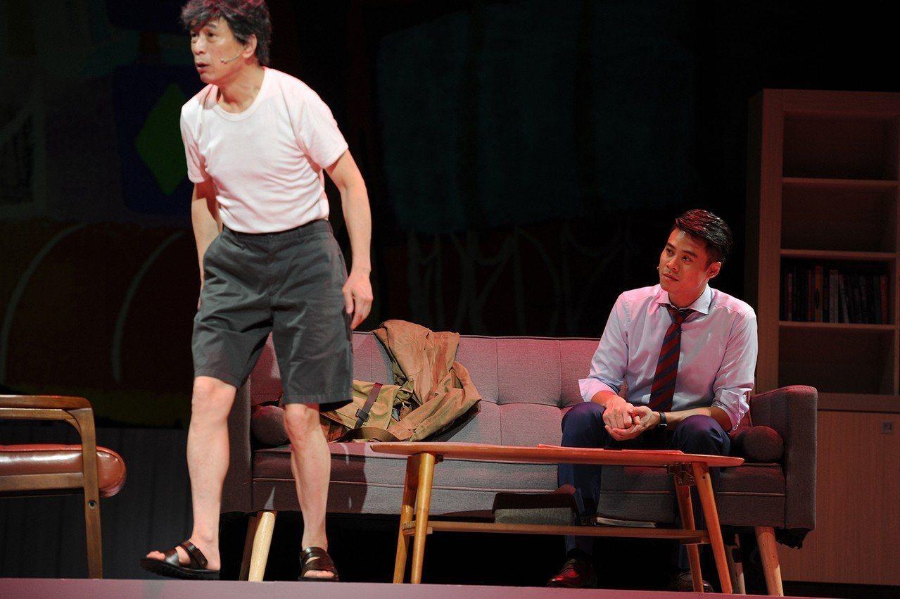 在舞台劇《小兒子》中,吳定謙(右)與李天柱(左)演父子。圖/故事工廠提供