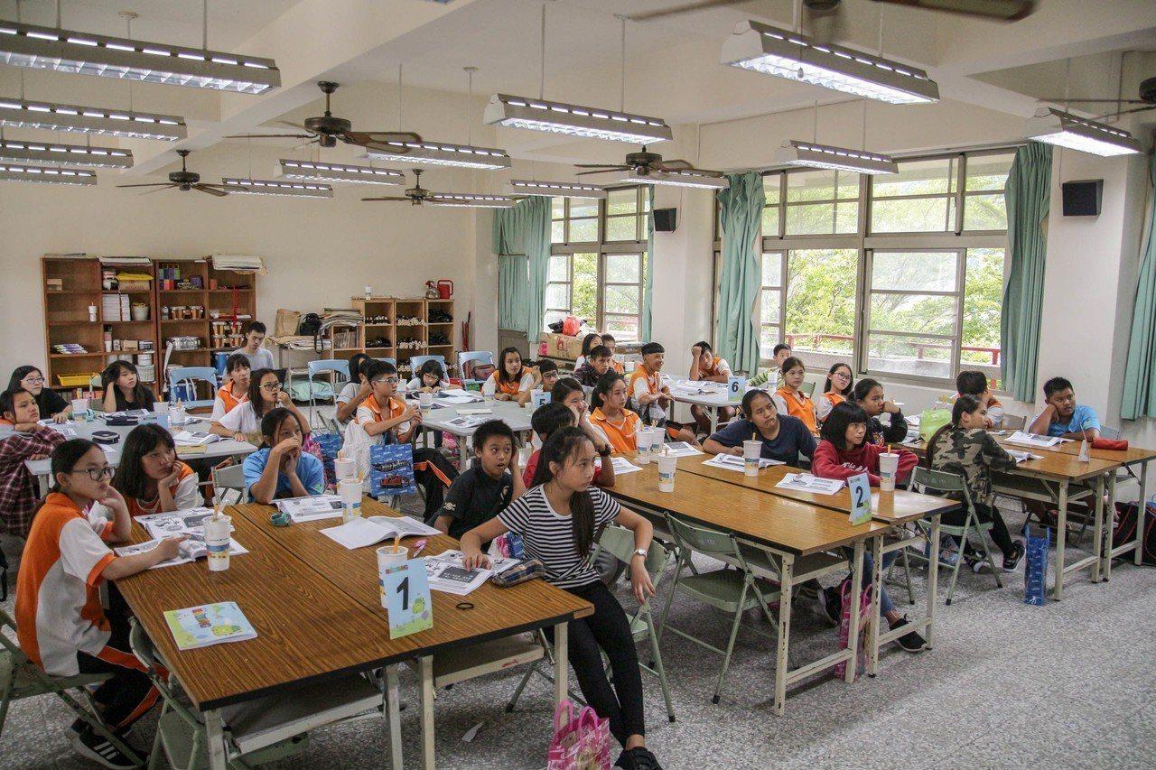 台北富邦銀行「小富翁理財營」挺進南投信義國中,讓偏鄉孩子和都會區一樣都能獲得零時...