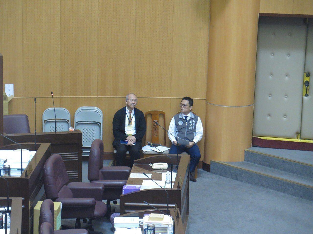 桃園航空城公司總經理許又銘(右)、光世代建設公司董事長陳光雄(左)今天到議會列席...