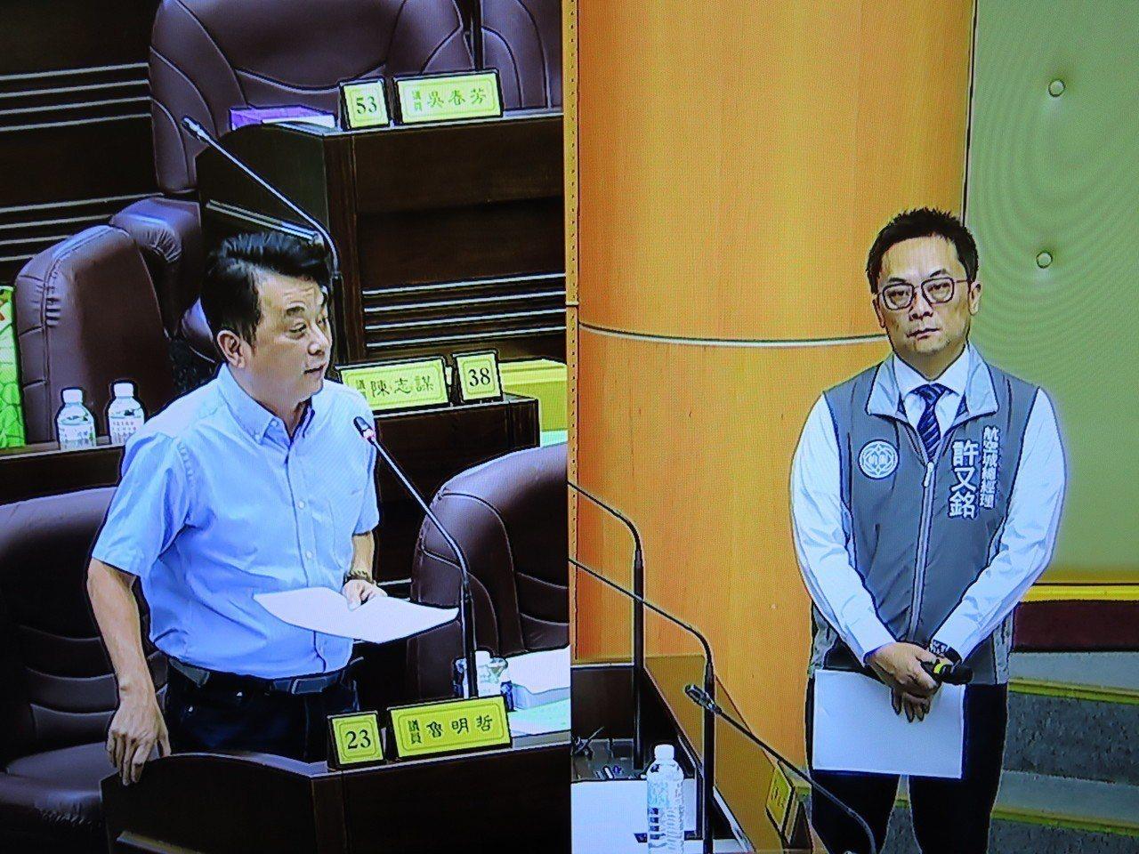 桃園航空城公司總經理許又銘(右)今天到議會備詢,市議員魯明哲等多名藍營議員連番質...