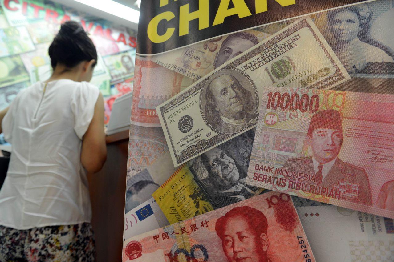 近來印尼盾對美元貶值,令雅加達當局頭痛 。(圖/法新社)