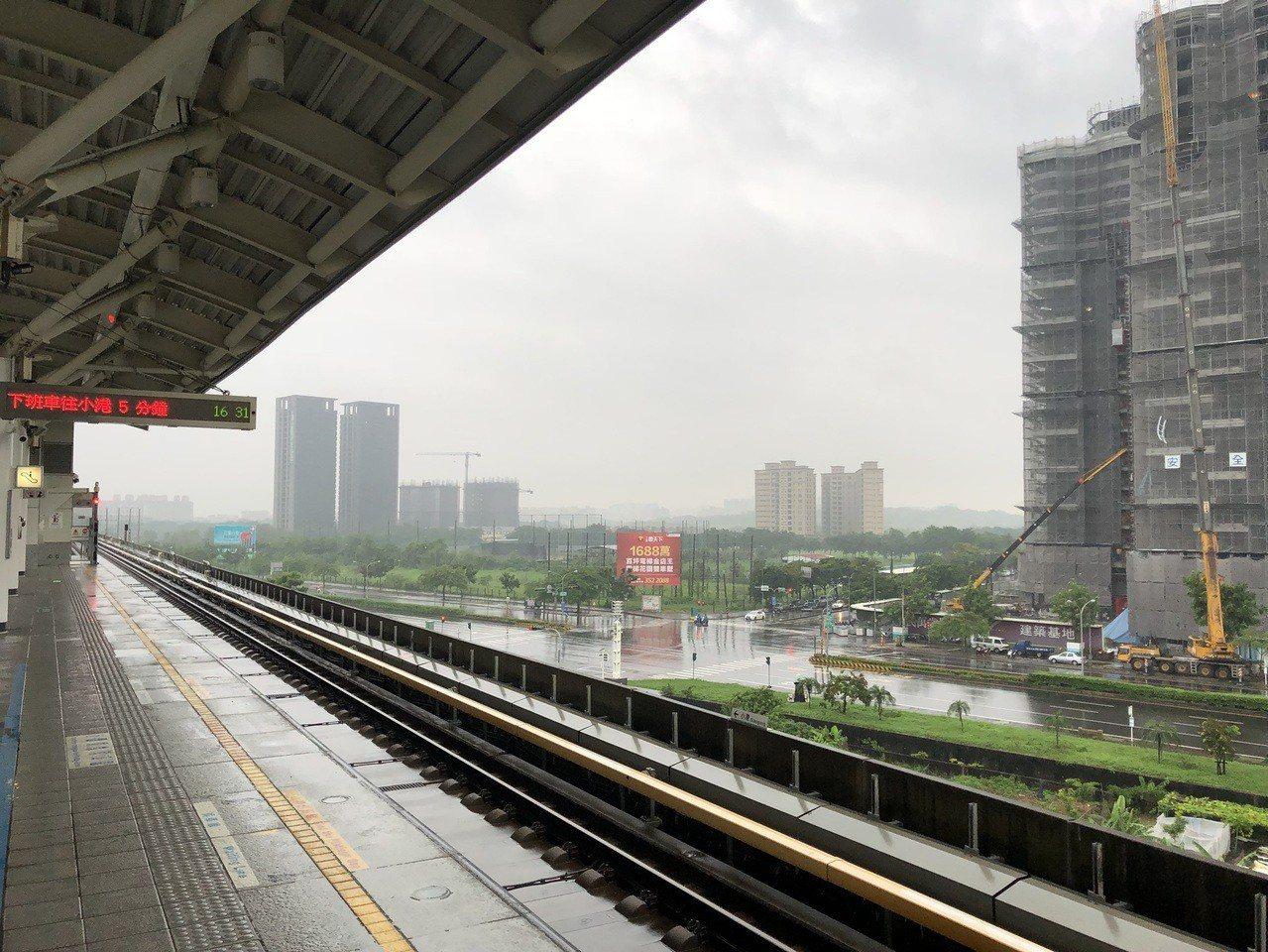 高雄捷運R22青埔站屬於高架車站,雨勢會隨屋簷落下。記者蔡孟妤/翻攝