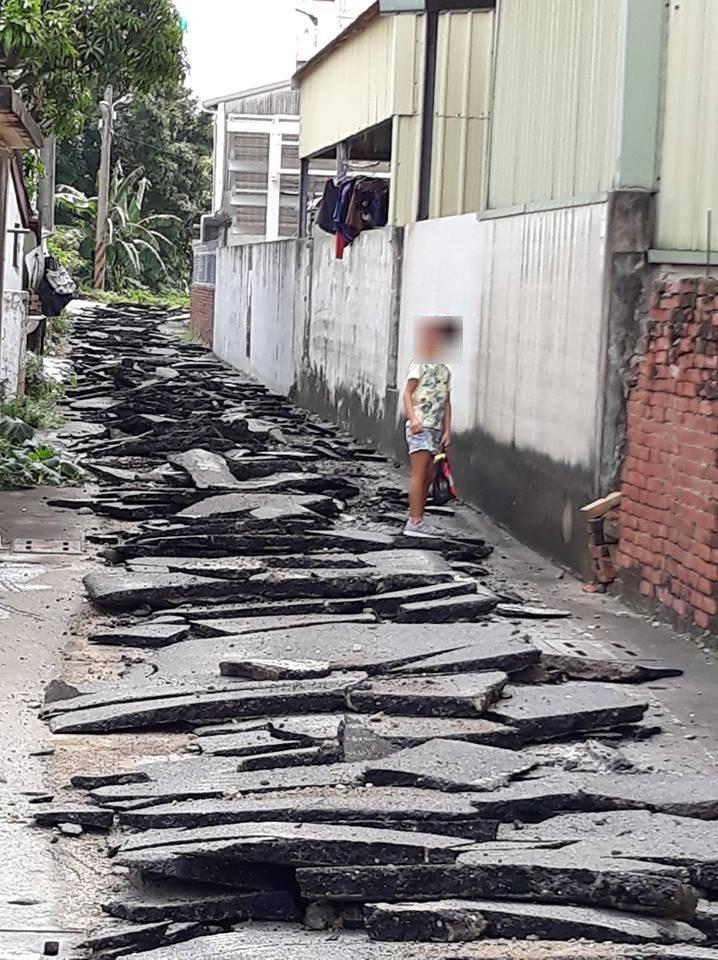 地全裂開!村民一早開門傻眼 「嘉義也有地震?」圖╱讀者提供