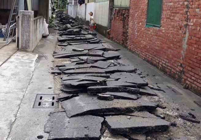 地全裂了!村民一早開門傻眼 「嘉義也有地震?」 圖╱讀者提供