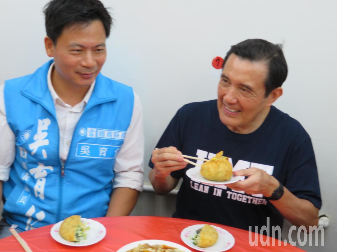 前總統馬英九(右)下午與嘉義縣長參選人吳育仁(左),到823水災重災區布袋鎮觀光...