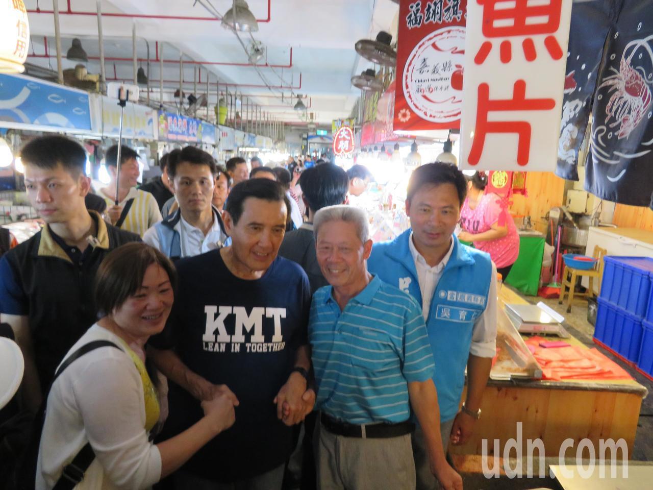 馬英九人氣未減,許多攤商遊客爭著和他握手拍照,途中還巧遇3名大陸重慶遊客開心合照...