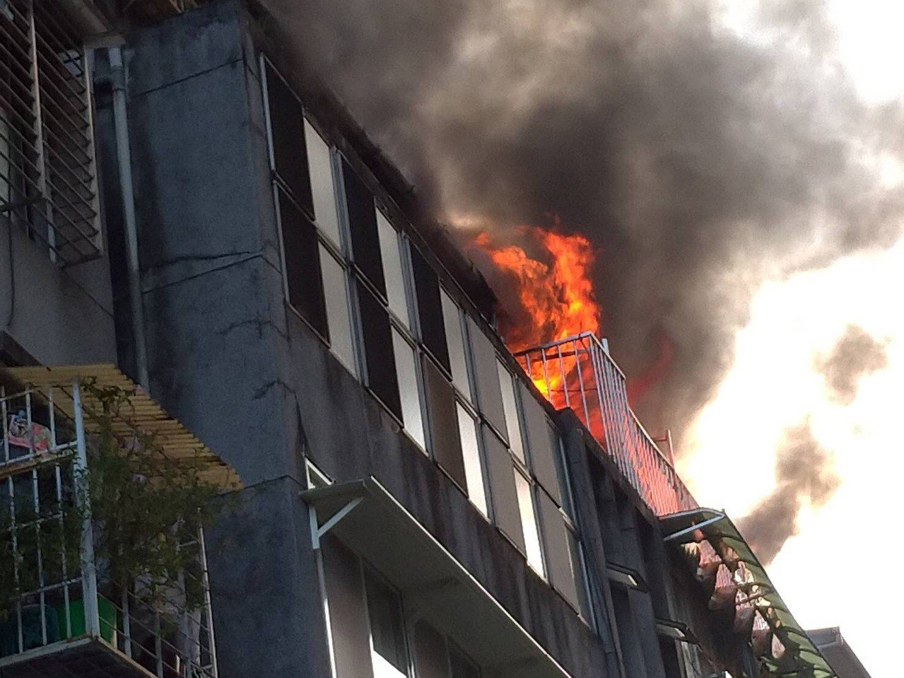 北市大安區一處頂樓加蓋建築物起火。記者廖炳棋╱翻攝