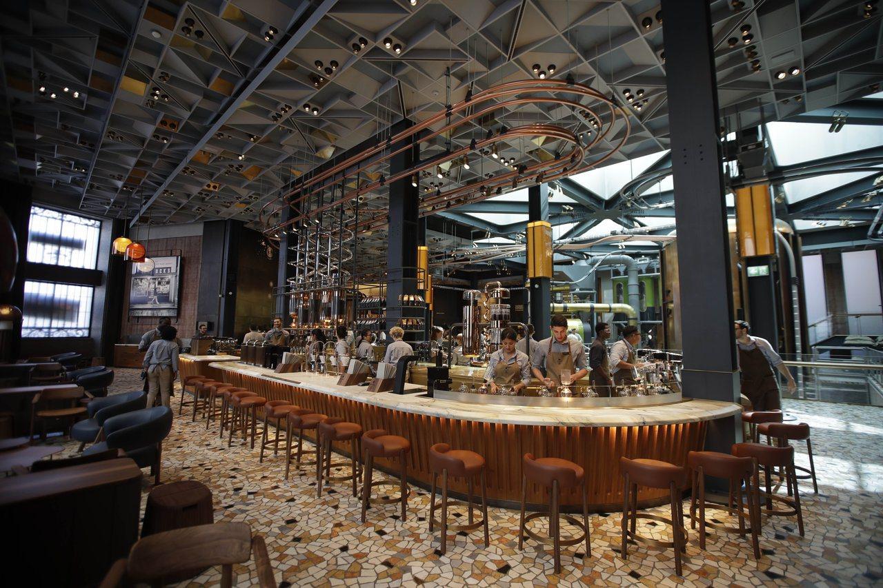 門市內有座長型吧台,咖啡師在客人眼前現煮咖啡。(美聯社)