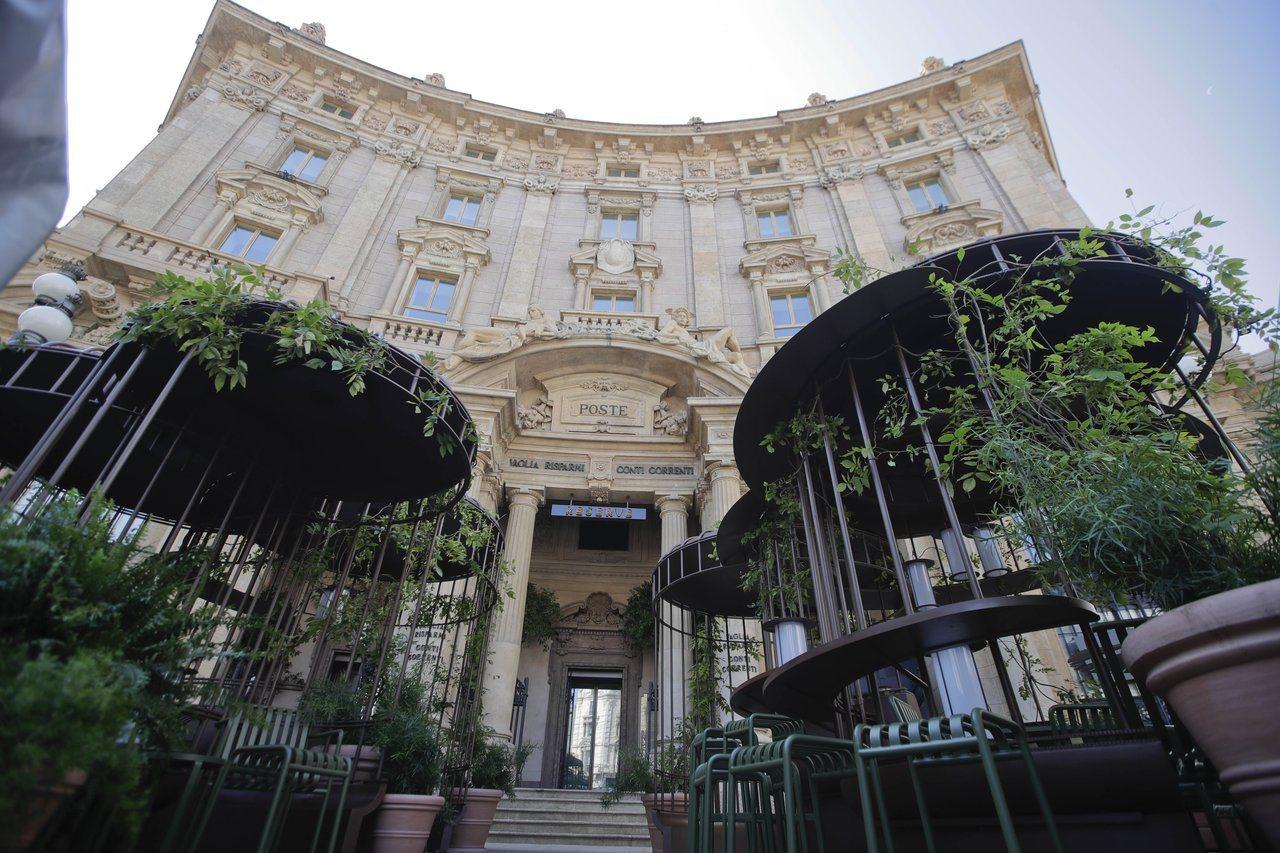 星巴克在義大利米蘭開設首家門市,7日開幕,圖為門市外觀。(美聯社)