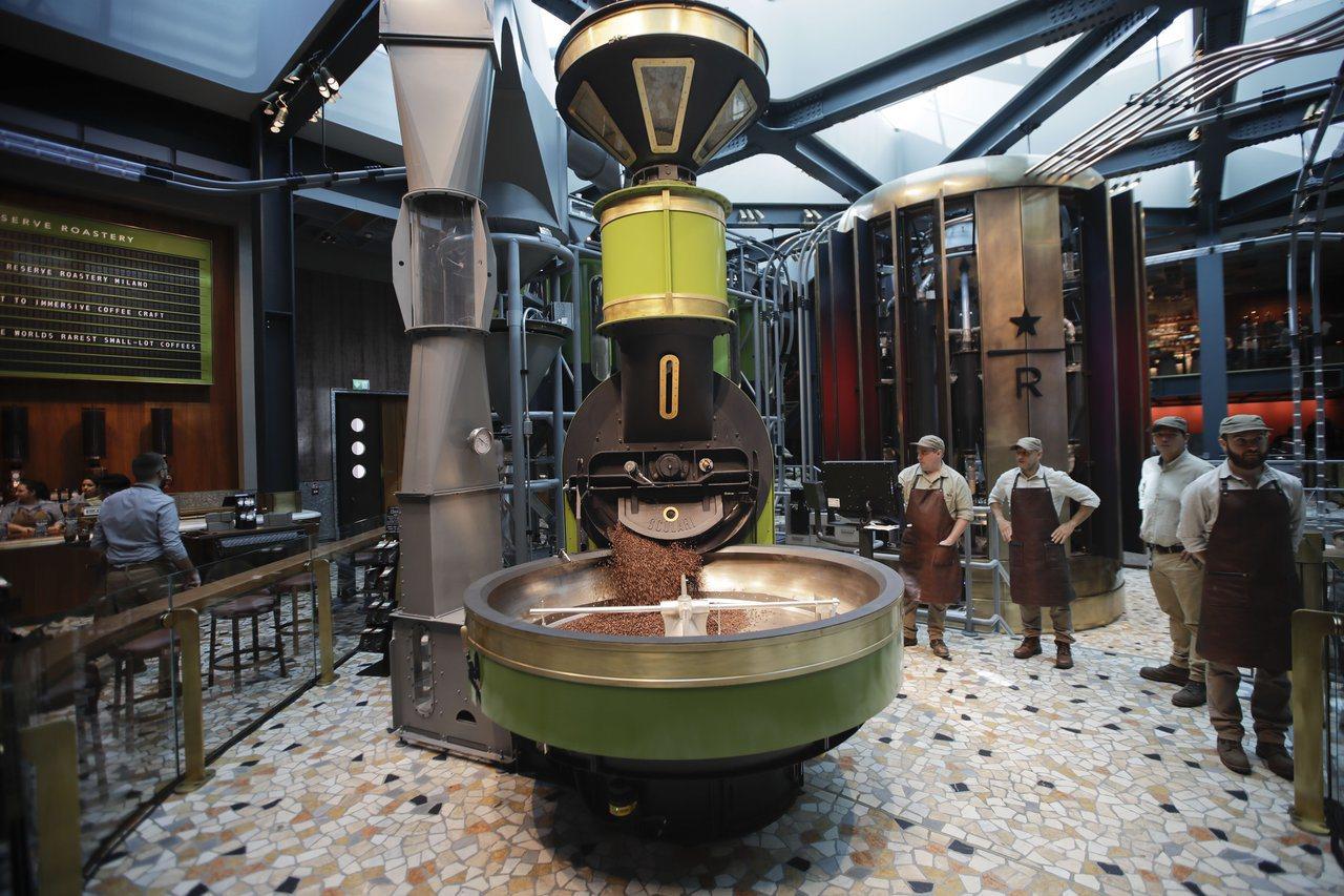 星巴克米蘭門市店內正中央裝了一台烘豆機。(美聯社)