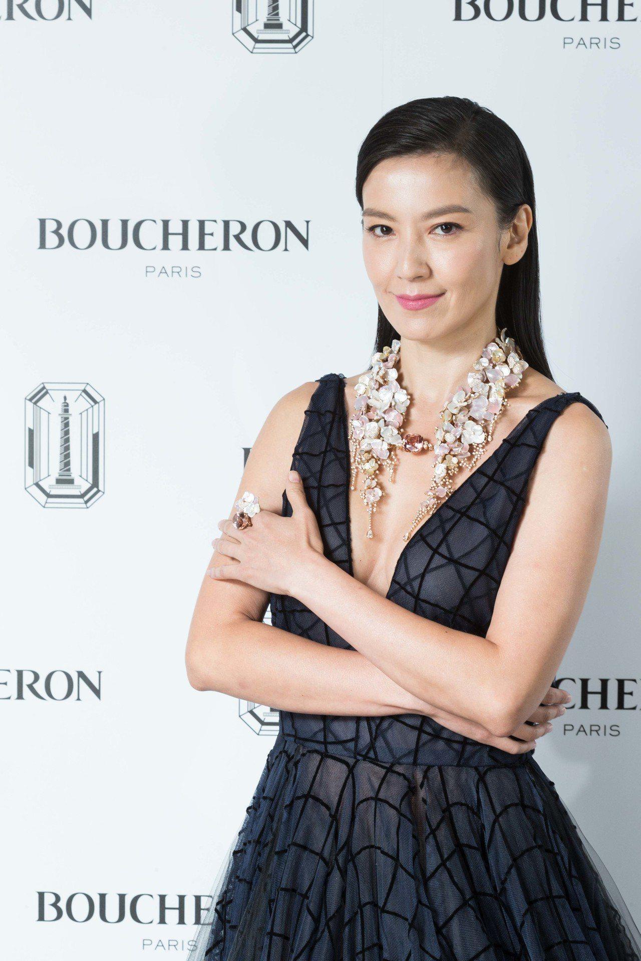 林熙蕾以開到腰的深V禮服搭配全球首度曝光的寶詩龍「花雲」項鍊,是來台展出104件...