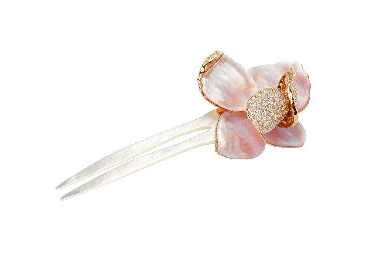 花雲髮飾,玫瑰金鑲嵌珍珠母貝與鑽石,價格店洽。圖/寶詩龍提供