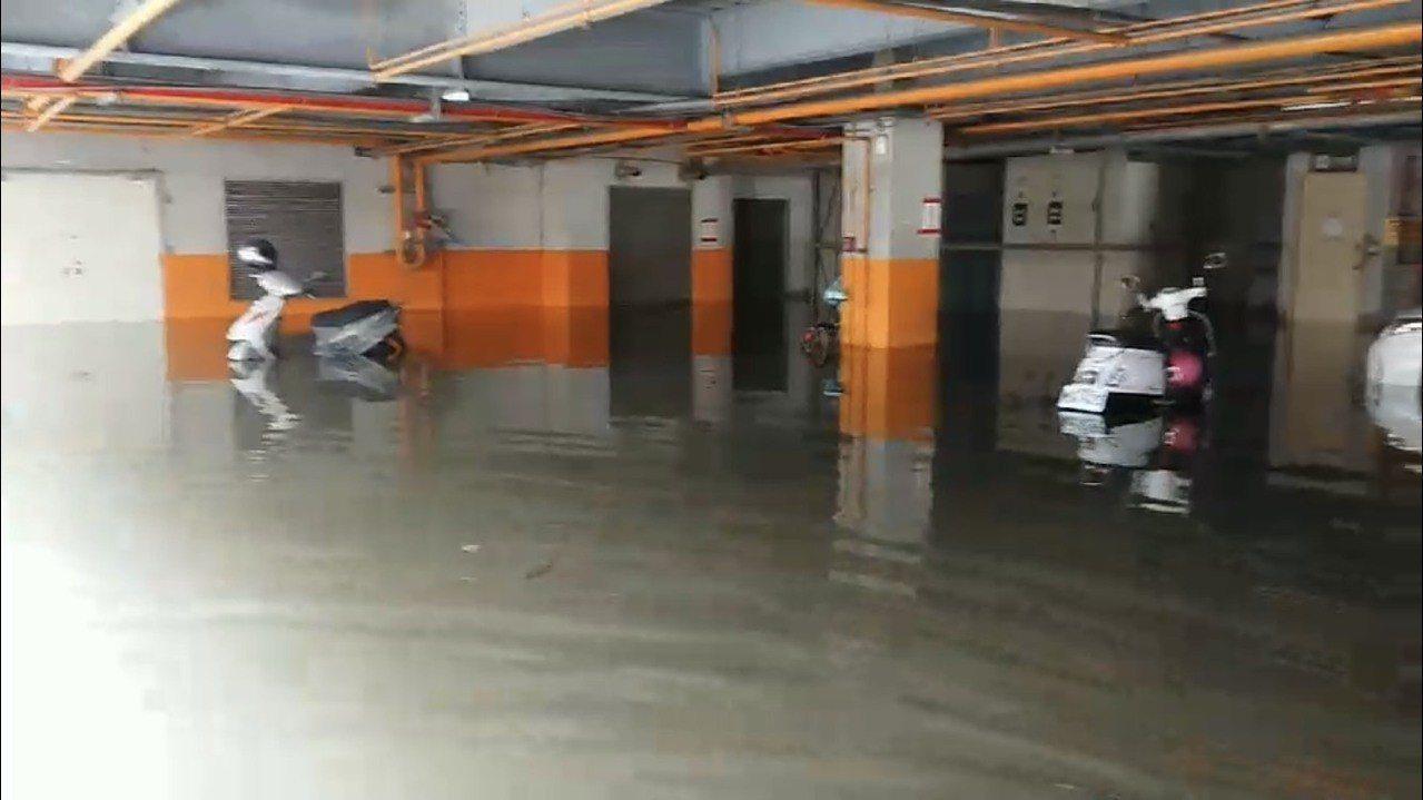 寶雅生活館地下室淹成游泳池,市府目前緊急調度抽水機,協助處理積水。圖/讀者提供