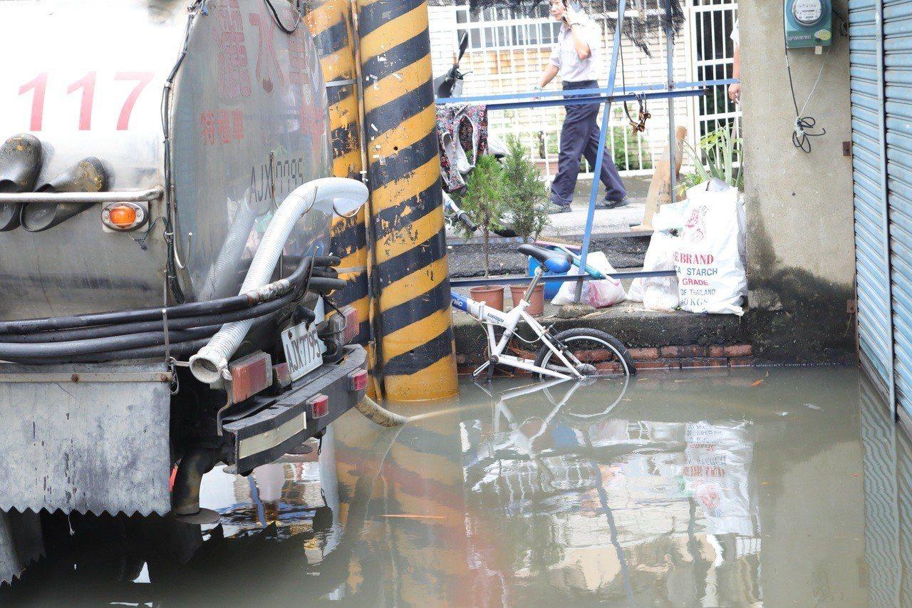 短短10多分鐘,造成中華路154巷69弄有10多戶住家水淹及膝。圖/讀者提供