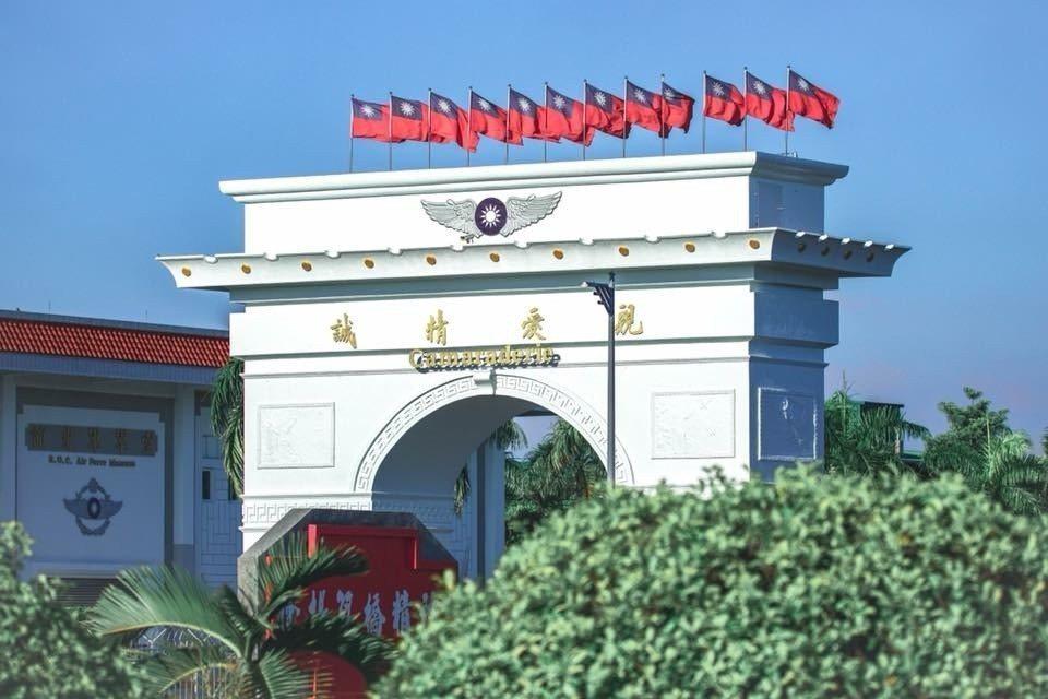 位於高雄岡山的空軍官校,大門口的「筧橋門」是我國飛官重要的精神象徵。近日這棟特色...