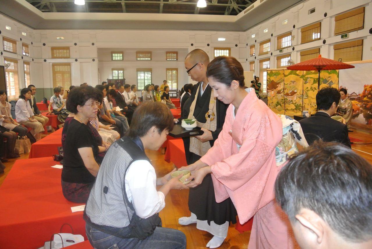 日人若山貴義之前來台南舉辦茶會時的情景。本報資料照片
