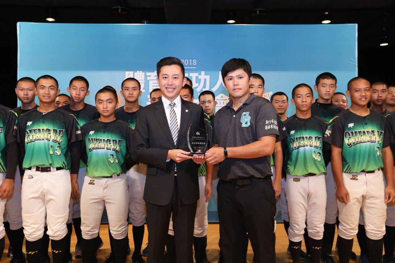 市長林智堅與最佳團隊獎成德高中棒球隊及教練陳同霆合影。圖/新竹市府提供