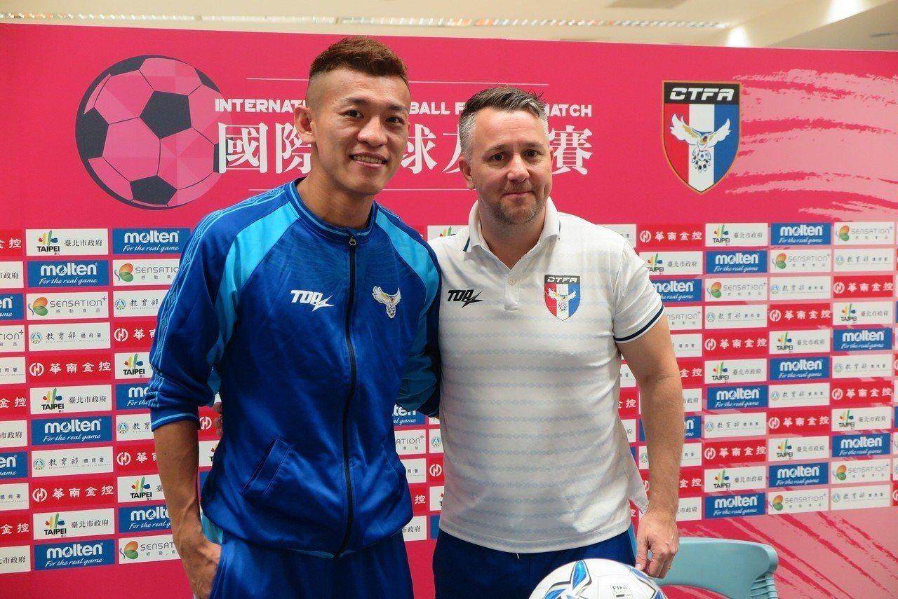 陳柏良(左)與中華男足隊英籍教頭懷特。 聯合報記者毛琬婷/攝影