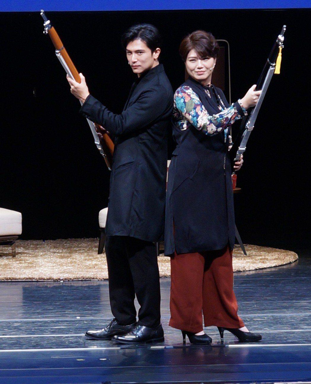 邱澤(左)與嚴藝文演舞台劇「致‧這該死的愛」。圖/全民大劇團提供