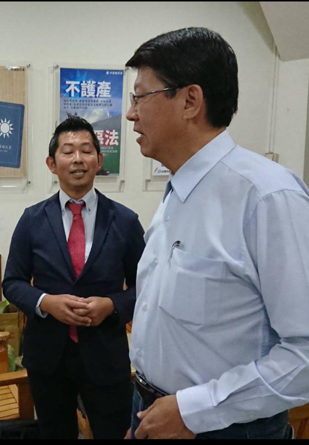 日人藤井(左)今天前往國民黨台南市黨部,與主委謝龍介討論慰安婦議題。圖/讀者提供