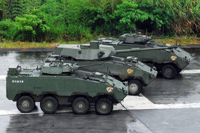 雲豹甲車早期原先就生產過105公厘砲型的突擊砲車(中),但未受陸軍裝甲兵青睞。圖...