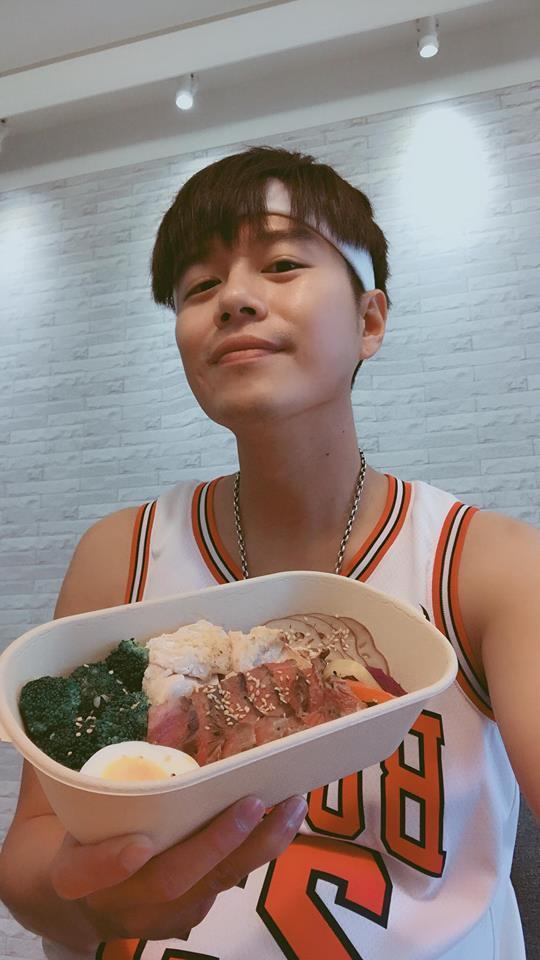 李易瘦了11公斤瘦出尖下巴。圖/摘自臉書