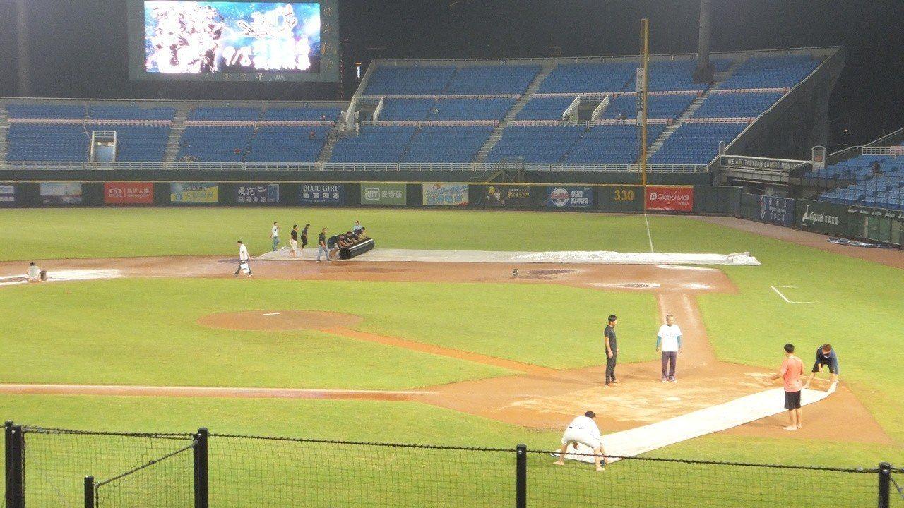 桃園球場富邦悍將、猿隊之戰因為賽前大雨,延到晚上7點半開打。記者藍宗標/攝影