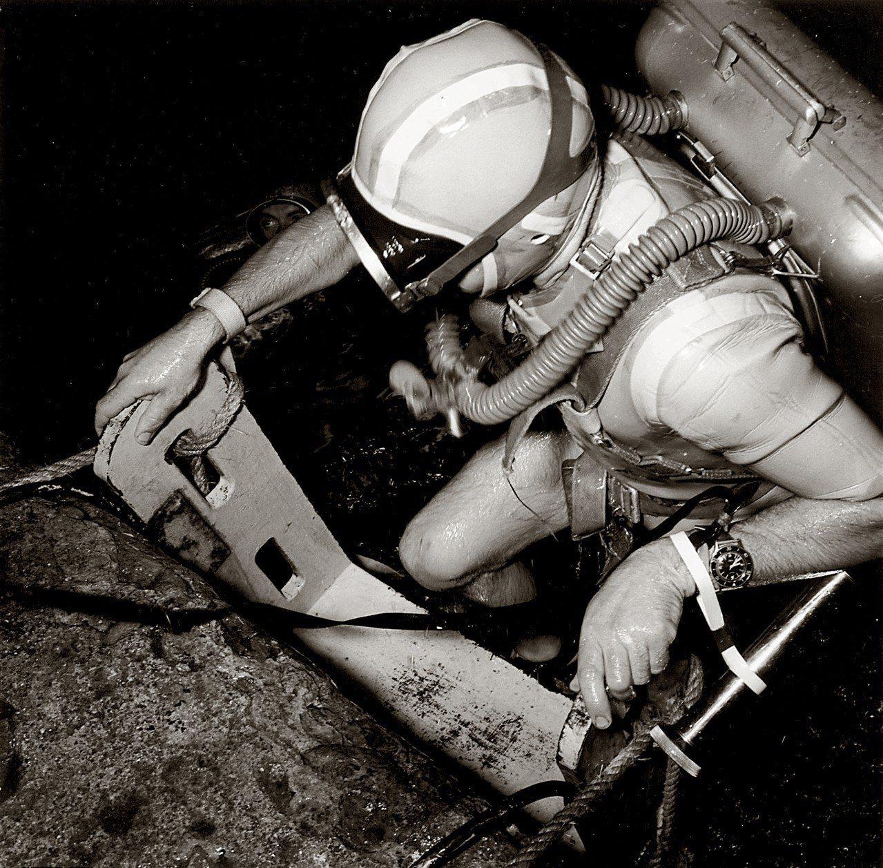 1953年時法國海軍上校Bob Maloubier配戴其五十噚腕表進行潛水任務。...