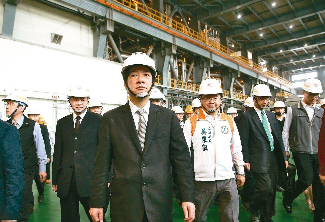 行政院長賴清德(中)日前視察林口火力發電廠表示,未來深澳電廠使用的,就是與林口電...