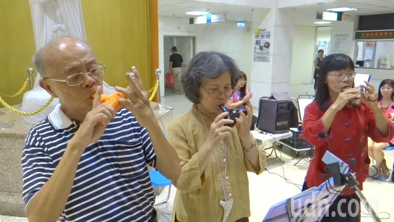 老人吹給老人聽更動聽!北港樂齡陶笛隊到媽祖醫院表演給老人聽,老曲子讓老人心靈交流...