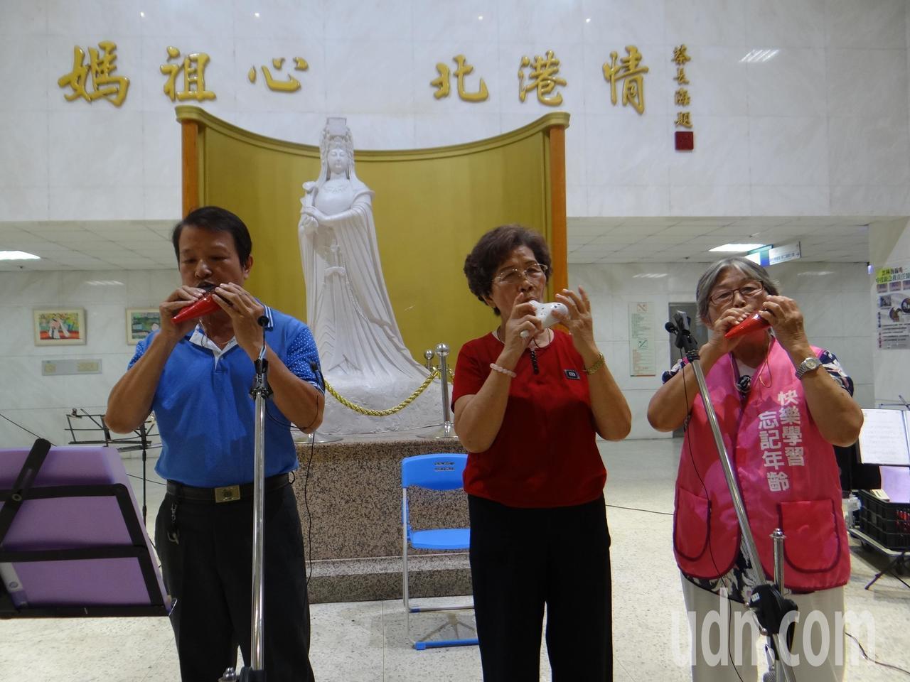 北港樂陶笛班到媽祖醫院公演,帶給病患與長照老人心靈療癒。記者蔡維斌/攝影