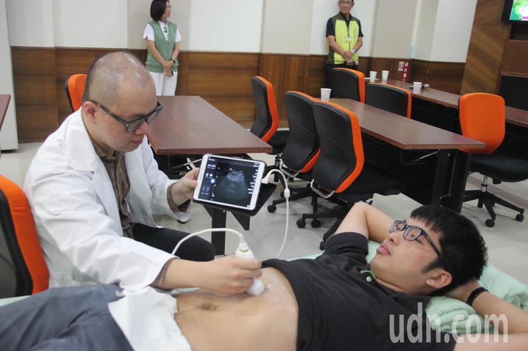 彰化秀傳醫院今天發表一項居家遠距照護服務創舉,引進國外最新科技「口袋型行動超音波...