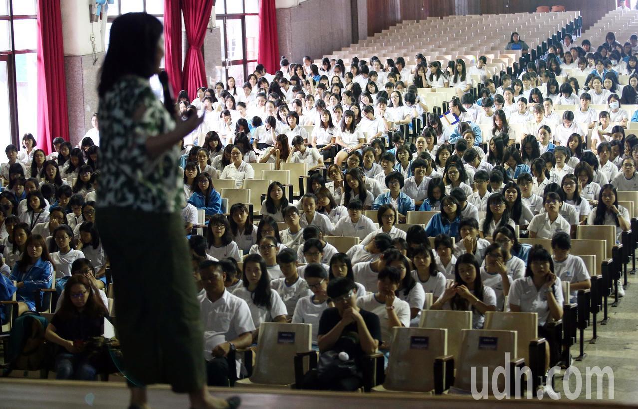 台中特教學校老師陳蔚綺在講座上分享生命故事。記者杜建重/攝影