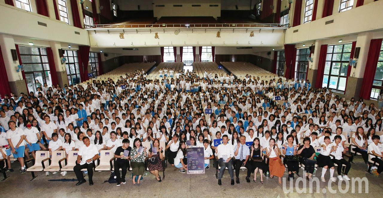《陪伴》專書的校園講座,在中山女高800多位同學的參與下,留下歷史性的鏡頭。記者...