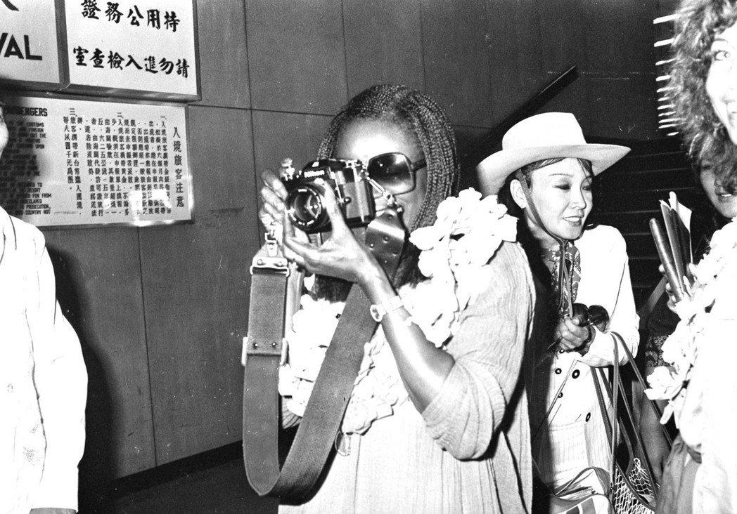 西西莉泰森拿攝影機反拍在機場採訪她的台灣記者。圖/報系資料照片