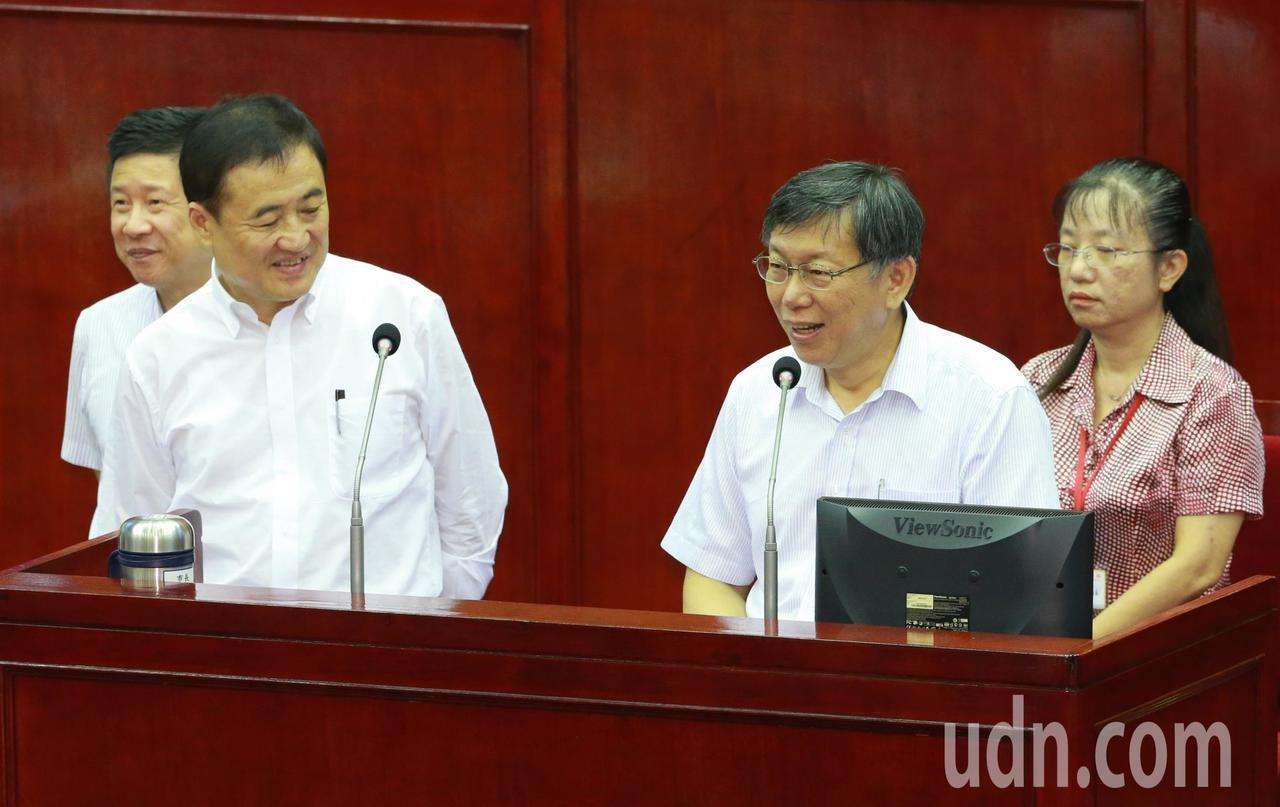 台北市長柯文哲(右二)昨赴議會備詢。記者黃義書/攝影