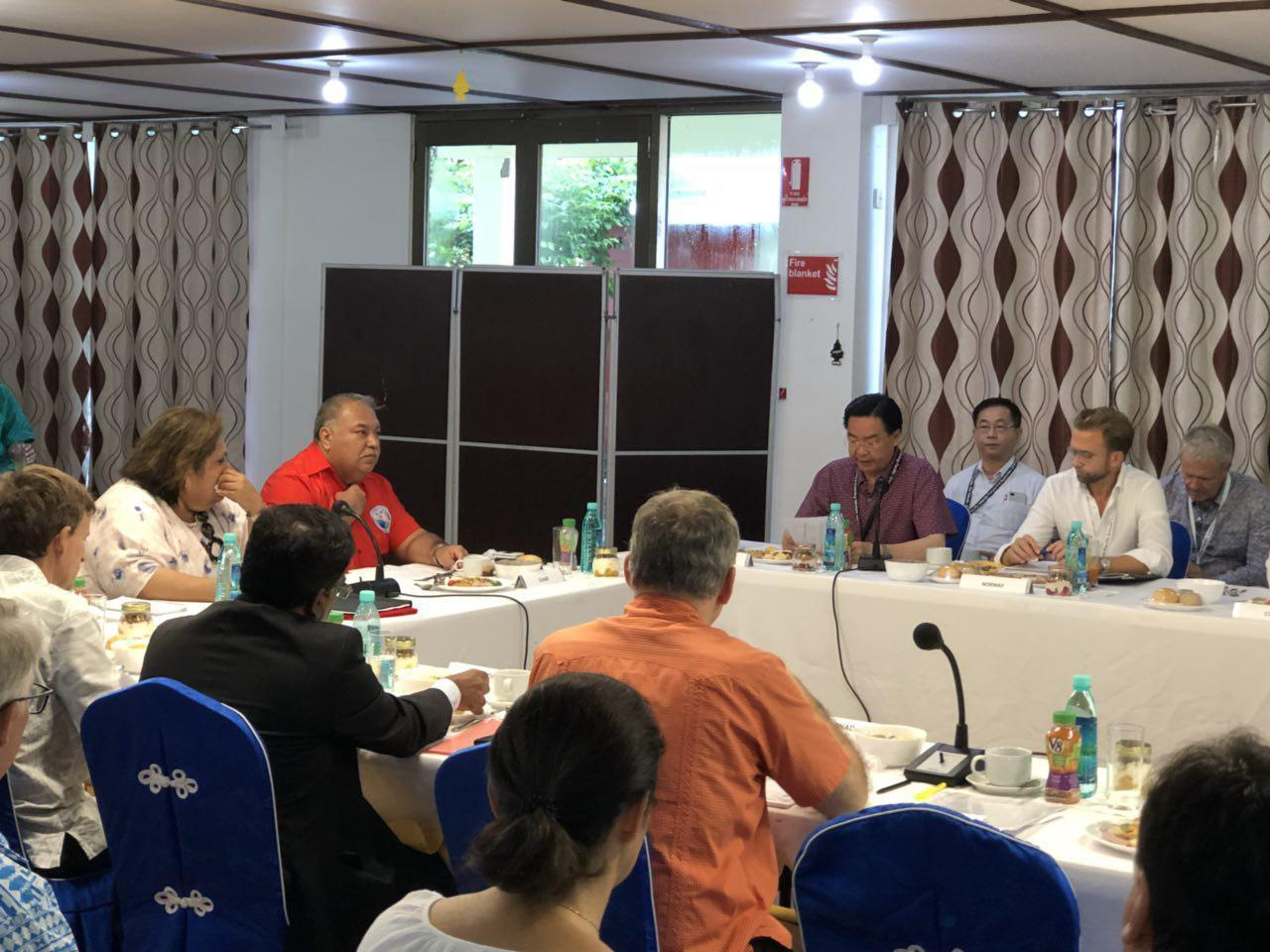 外交部長吳釗燮(右四)率團到諾魯參與太平洋島國論壇年會,並應主席邀請,是首位發言...